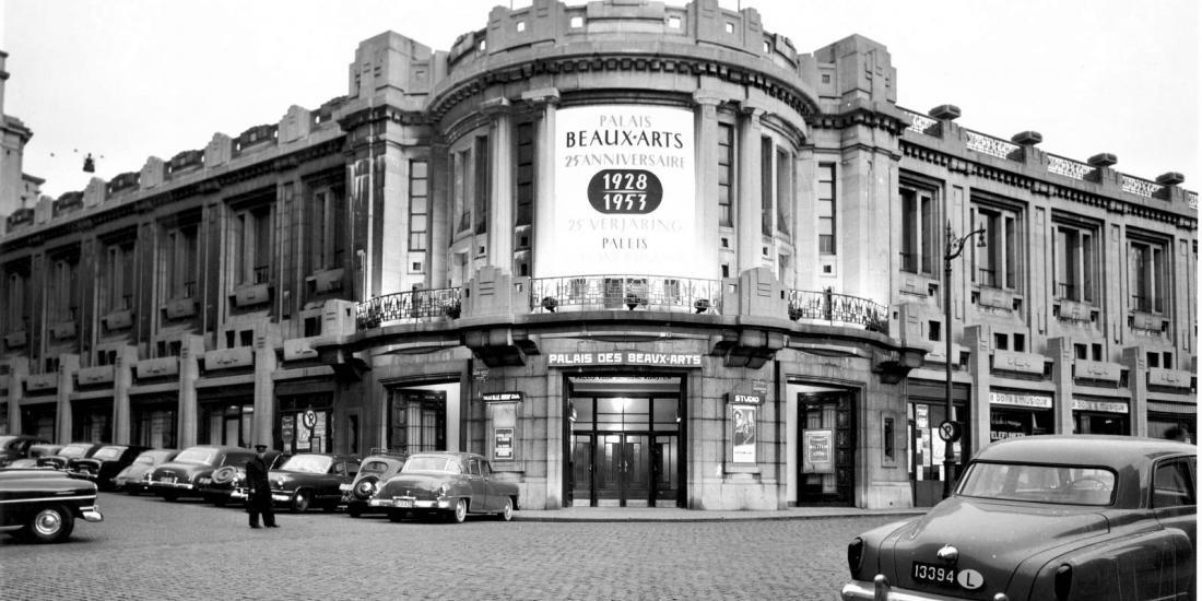 Vue de la façade du Palais des Beaux-Arts de Bruxelles en 1953.