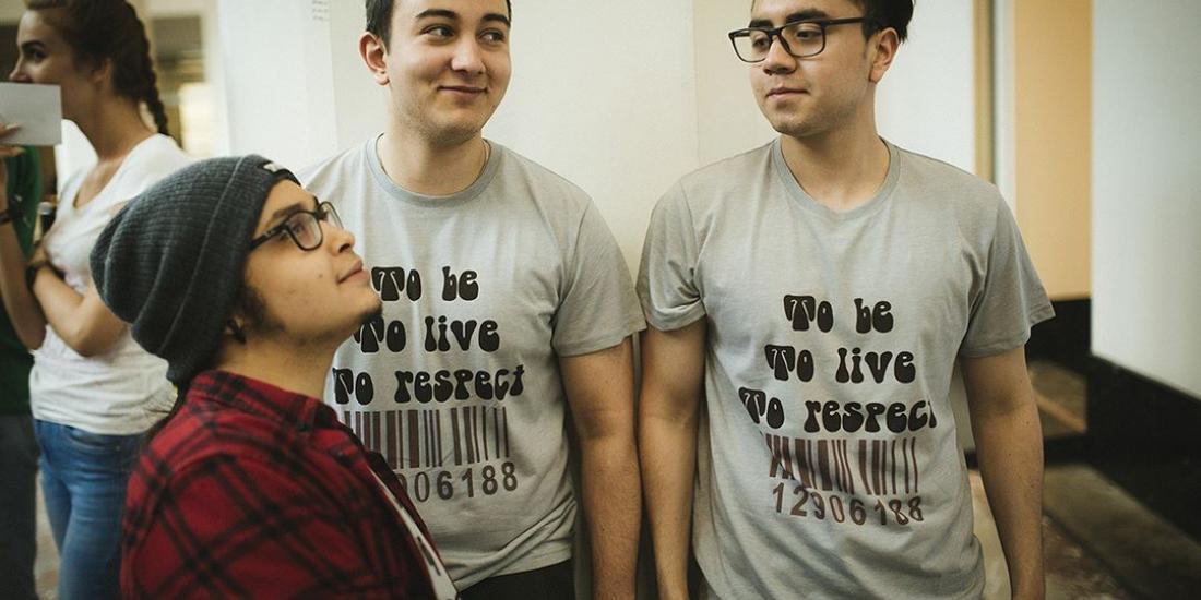 Jeunes portant l'inscription To be to live to respect sur leurs vêtements