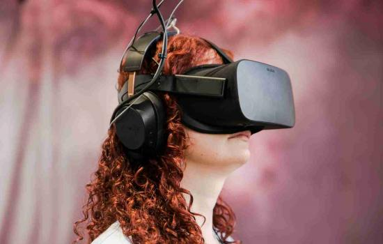 Portrait d'une femme portant un casque de réalité virtuelle