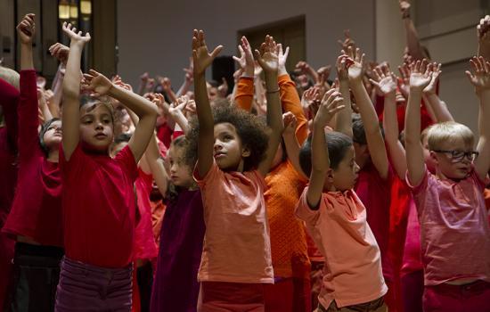 Kinderen op het podium gooien enthousiast hun armen in de lucht