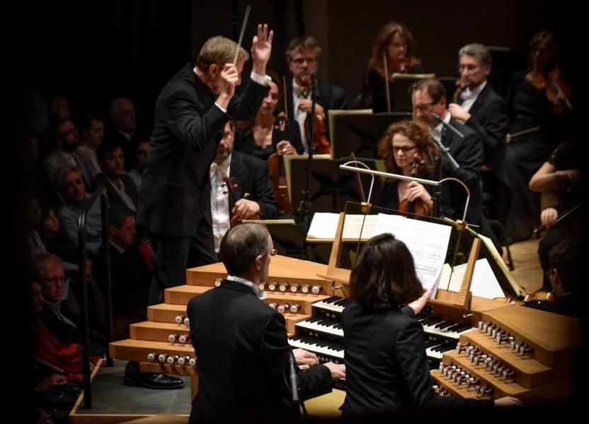 Olivier Latry à la console de l'orgue avec le Belgian National Orchestra