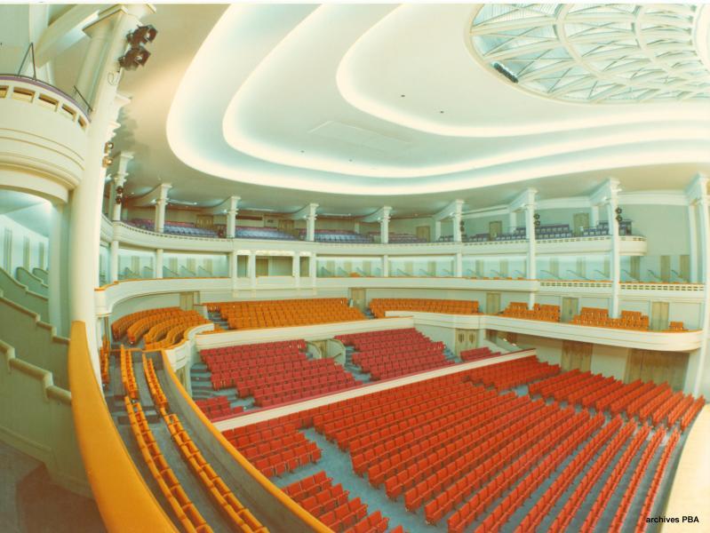 La Grande Salle Henry Le Boeuf dans les années 1970, avec ses sièges oranges et sa moquette