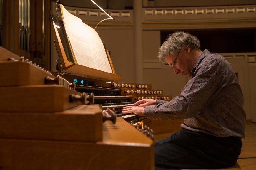 Benoît Mernier à la console de l'orgue